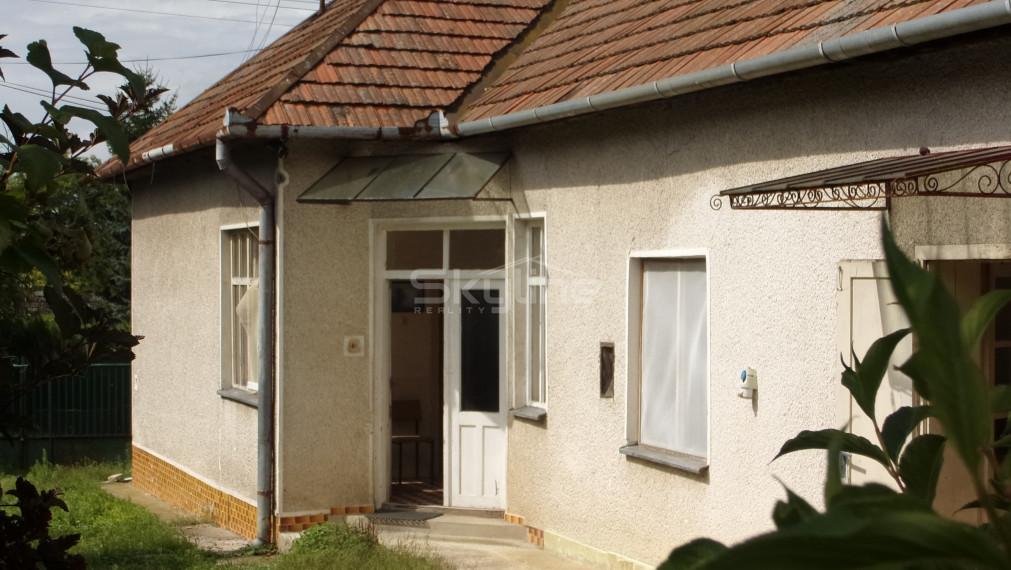 Rezervované!!Exkluzívne na predaj zachovalý vidiecky rodinný dom 90 m2, na pozemku 1121 m2, Čaka, Levice