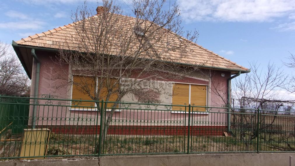 Rezervované!!Exkluzívne na predaj krásny tehlový rodinný dom 120 m2, na pozemku 800 m2, Svodín, Nové Zámky